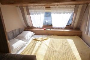 מיטה זוגית בתוך הקרוואן